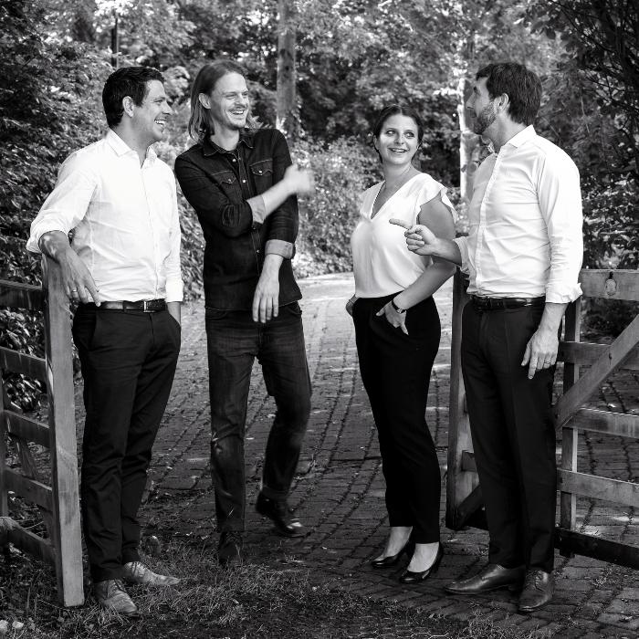 Marcus, Sarah und Mathias Hevert mit Singer-Songwriter Charlie Grant. | Bild: Carsten Costard