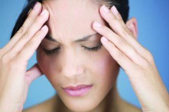 Die Doppelbelastung aus Job und Familie verursacht bei vielen Betroffenen Stress und Spannungskopfschmerz.