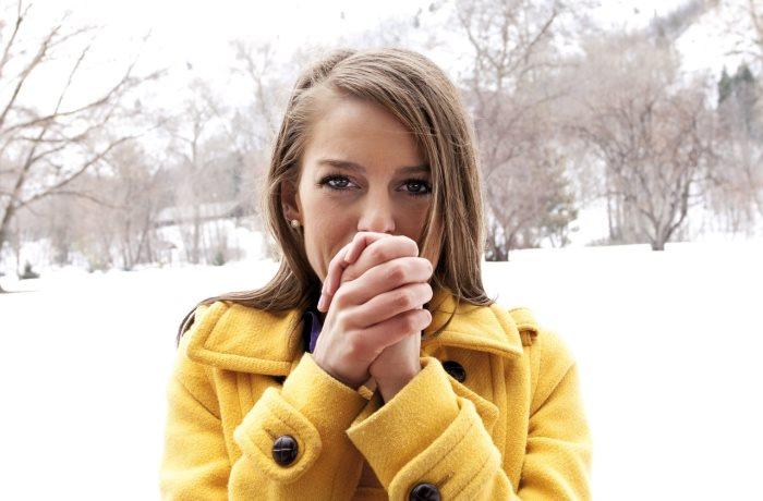 Im Winter leiden wir unter der Kälte und wollen uns schnell aufwaermen. | Bild: Brocreative – Fotolia