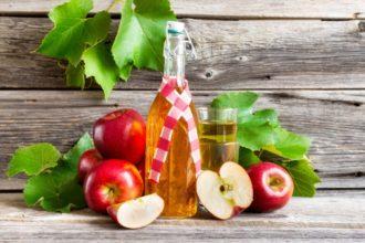 Apfelessig kann, neben homöopathischen Mitteln, helfen, Halsschmerzen beizukommen.