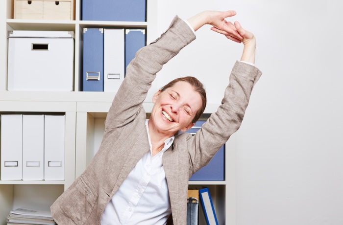Viele Bewegungsübungen zur Stärkung der Faszien lassen sich auch am Arbeitsplatz gut einbauen. | Bild: Robert Kneschke - fotolia