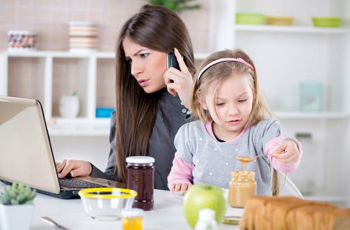 Wer Mutter sein und Beruf vereinbaren will, braucht guten Nerven und einen ruhigen Schlaf. Ein homöopathisches Komplexmittel eröffnet einen zuverlässigen und gut verträglichen Weg. | Bild: MilanMarkovic78 – Shutterstock