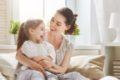 Erst wenn Kinder wegen Polypen schlecht hören oder sich Beschwerden wie schmerzhafte Entzündungen des Trommelfells oder des Mittelohrs zeigen, wird eine Operation in Erwägung gezogen.