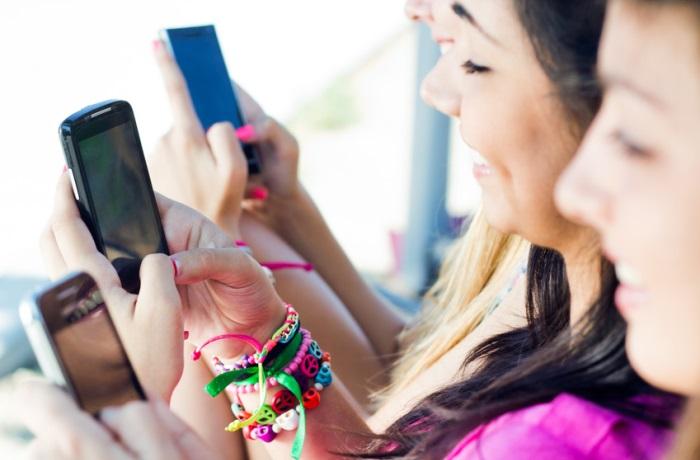 Immer online zu sein und zu wissen, was das eigene Umfeld gerade tut, kann auch Stress und Selbstüberforderung begünstigen.