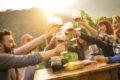 Wer viel Alkohol trinkt, gefährdet seine Leber und begünstigt Erkrankungen wie Leberzirrhose.
