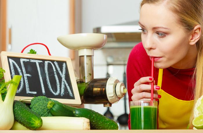 Vor einer Heilfastenkur helfen Detox und homöopathische Mittel, den Darm zu entleeren und Giftstoffe auszuschwemmen.