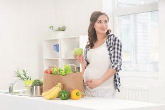 Zu den Symptomen von Sodbrennen in der Schwangerschaft gehört das typische Brennen in der Mitte des Brustkorbs.