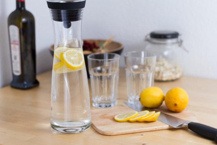 Gesund: 1 Glas warmes Zitronenwasser am Morgen entgiftet die Leber, regt die Verdauung an und stärkt das Immunsystem. Aber Vorsicht: Zitronenwasser greift auch den Zahnschmelz an. Nach dem Trinken am besten den Mund mit klarem Wasser ausspülen und zwei Stunden keine Zähne putzen.