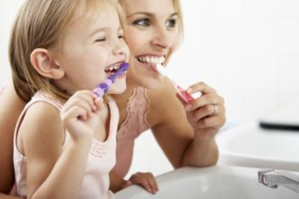 Bei Babys und Kleinkindern sollte auf richtige Zahnpflege geachtet werden.
