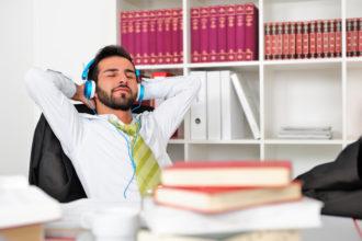 Gegen Stress und Burnout helfen ein stabiles emotionales Netzwerk und Rückhalt bei Freunden und Familie.