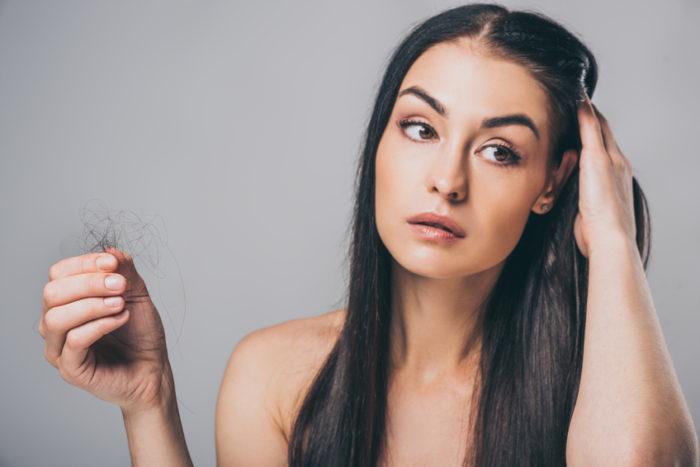 Andogenetischer Haarausfall ist erblich bedingt und kommt auch bei Frauen vor. Die Haarausfall-Ursache sind meist Hormonschwankungen.