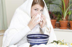 Neben Hausmitteln kann gegen die Beschwerden einer Nasennebenhöhlenentzündung auch Homöopathie, wie etwa Sinusitis Hevert SL, helfen.