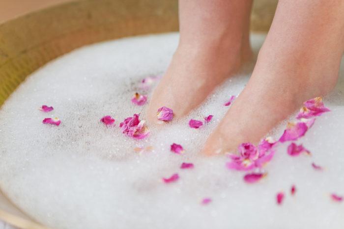 Kalte Füße können eine Erkältung ankündigen. Wechselbäder können helfen.