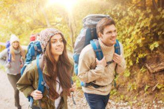 Wer im Herbst gerne viel draußen ist, und sich dem wechselhaften Wetter aussetzt, läuft Gefahr, krank zu werden. Falls es zu einer Erkältung kommen sollte, können Hausmittel und Homöopathie den Erkältungsverlauf oftmals positiv beeinflussen und Symptome lindern.