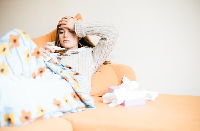 Um eine verschleppte Erkältung zu behandeln, sollte man sich ausruhen und viel trinken.