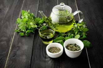 Schnell abnehmen möchten viele – Tee könnte möglicherweise dabei unterstützend wirken.