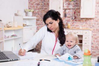 Warnzeichen dafür, dass die Doppelbelastung aus Arbeit und Familie zu hoch ist, sind beispielsweise Reizbarkeit und Schlafstörungen.