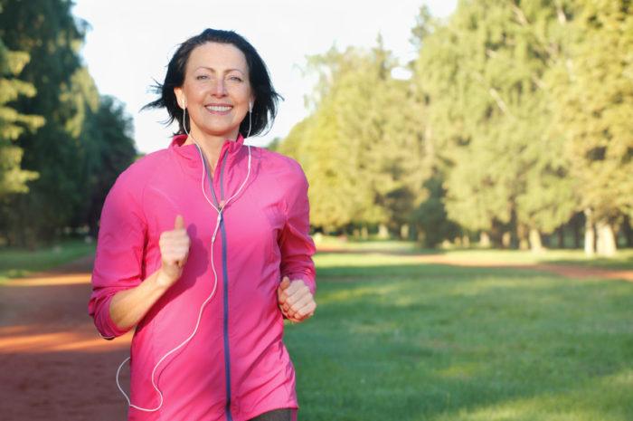 Die Weltgesundheitsorganisation (WHO) empfiehlt Erwachsenen mindestens 150 Minuten Sport in moderater oder 75 Minuten in hoher Intensität pro Woche. Wer eine Stunde pro Woche läuft, kann damit übrigens auch einer Depression vorbeugen.
