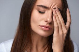 Schleimlösende Dampfbäder können bei einer Erkältung mit Sinusitis gegen die Augenschmerzen helfen.