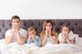 Akute Ansteckungsgefahr besteht vor allem in den ersten Tagen, nachdem die Symptome einer Erkältung auftreten. Bringen die Kinder eine Erkältung aus Schule oder Kindergarten mit nach Hause, dauert es oft nicht lange, bis sich auch die Eltern anstecken. Der Grund ist, dass das Immunsystem der Eltern die Erkältungsviren nicht oder nicht mehr kennt.