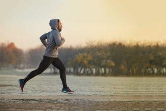 Der Vitamin D-Verbrauch und Bedarf von Sportlern ist höher, da Vitamin D wichtig ist für Muskelaufbau und Fitness. Im Winter scheint seltener die Sonne. Es herrscht Lichtmangel und folglich auch Vitamin D-Mangel. Sportler, die im Winter aktiv sind, sollten diesen ausgleichen.
