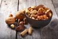 Nüsse: Kalorien mit Wirkung: Besonders Walnüsse gehören zu einer gesunden Ernährung dazu. Sie sind reich an Ballaststoffen, Magnesium, ungesättigten Fettsäuren und Antioxidantien.