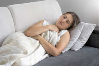 Wenn alle Knochen wehtun: Gliederschmerzen können bei einer Erkältung auftreten, aber auch chronisch in Zusammenhang mit Erkrankungen des Bewegungsapparates. Hausmittel gegen Gliederschmerzen wie zum Beispiel Ingwer-Tee helfen, wenn ein Infekt die Ursache ist.