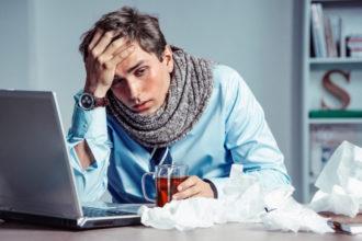 Was tun bei häufiger Erkältung? Zum Beispiel die Belastungssituation am Arbeitsplatz überprüfen. Stress kann das Immunsystem belasten und die Erkältungsanfälligkeit erhöhen.