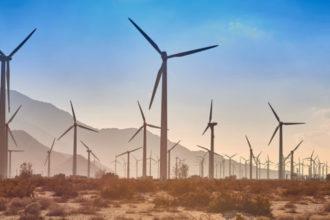 Wenn die Rotoren einer Windkraftanlage den Wind durchschneiden, entstehen Geräusche in einem niedrigen Frequenzbereich. Dieser kaum zu hörende Infraschall lässt viele Gemeinden inzwischen gegen die alternative Energiegewinnung aufbegehren.