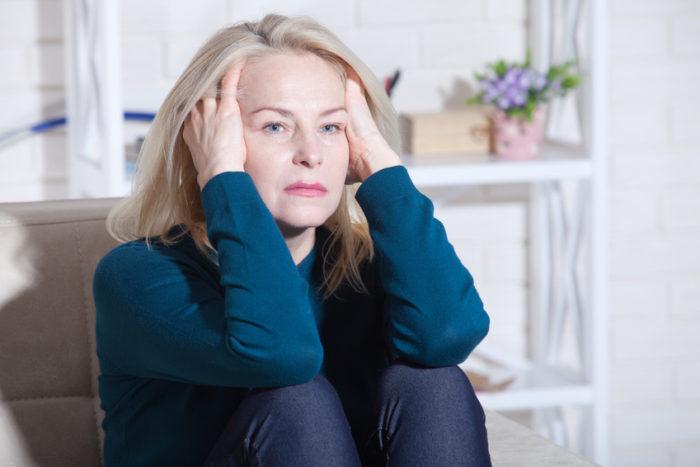 Durch die Veränderung des Hormonspiegels in den Wechseljahren kommt es häufiger zu Niedergeschlagenheit. Zungenbrennen, Mundtrockenheit sind ebenfalls Symptome.