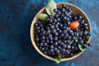 Antioxidantien – essen Sie dunkle viele Früchte, wie Aronia- oder Blaubeeren