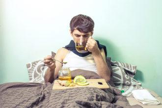 Einen wohltuenden Aufguss bei Halsschmerzen kann man ganz einfach aus frischem Ingwer zubereiten